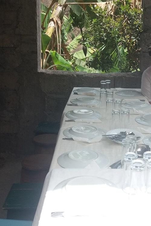 tavola apparecchiata all'esterno