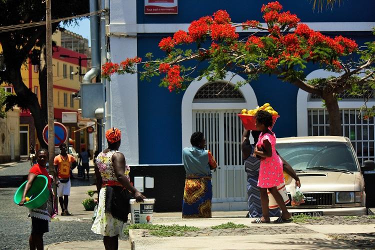 donne di ritorno al mercato di mindelo capo verde - amma cucenà ammacucena