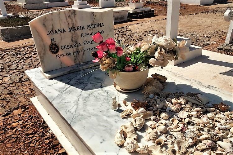 tomba di cesaria evora cimitero di mindelo capo verde - ammacucenà amma cucenà
