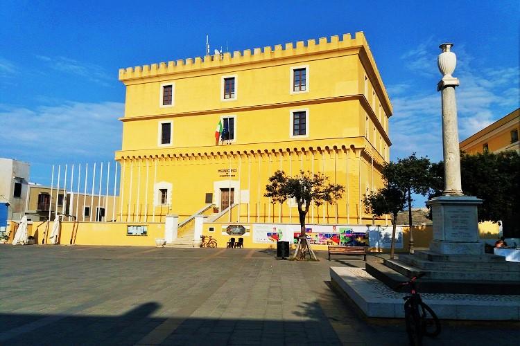 Questa immagine ha l'attributo alt vuoto; il nome del file è Piazza-Castello.jpg